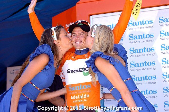 2012_tour_down_under_stage5_simon_gerrans_greenedge_podium_girls1a